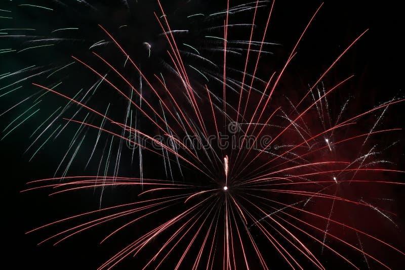 Fuochi d'artificio variopinti sopra cielo notturno fotografie stock libere da diritti