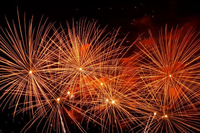 Fuochi d'artificio variopinti sul cielo nero immagini stock