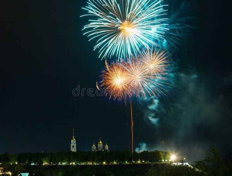 Fuochi d'artificio fuochi d'artificio variopinti sull'sovra-acqua nera del fondo del cielo fotografie stock libere da diritti