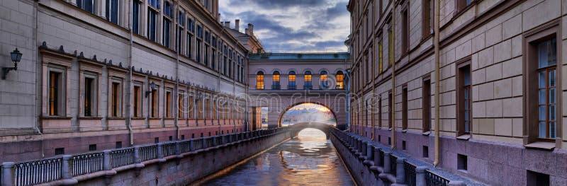 Fuochi dell'eremo sopra il canale di inverno a St Petersburg fotografia stock