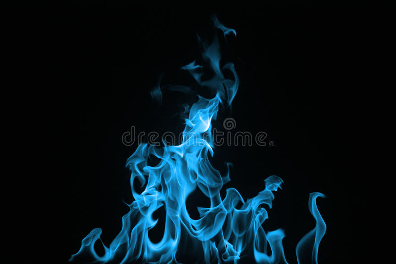 Fuoco blu isolato su una priorità bassa nera. fotografie stock libere da diritti