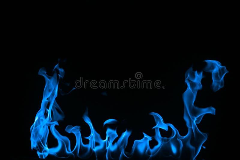 Fuoco blu isolato su una priorità bassa nera. immagine stock libera da diritti