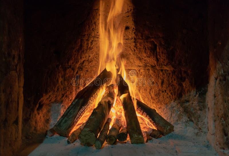 Fuoco Burning nel camino Legno e tizzoni nei precedenti dettagliati del fuoco del camino Un fuoco brucia in un camino fotografie stock libere da diritti