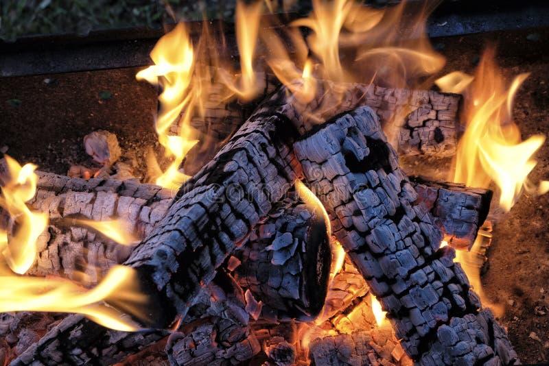 Fuoco caldo bruciante del carbone immagini stock libere da diritti