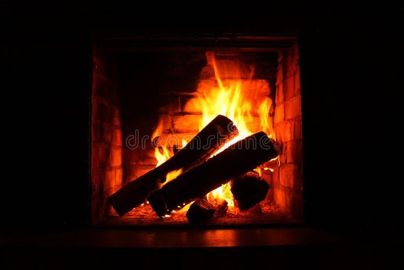 Fuoco in camino bruciante in primo piano di inverno fotografie stock libere da diritti