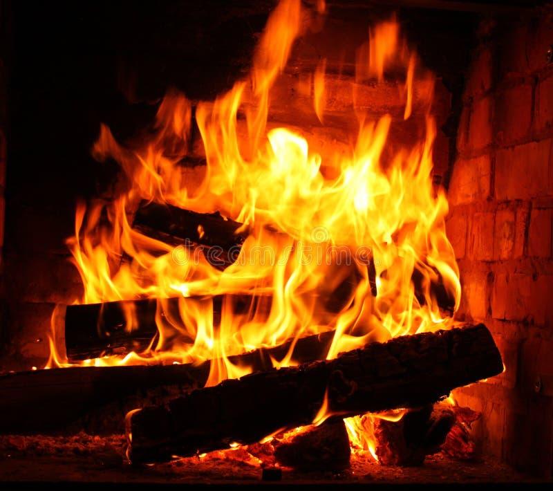 Fuoco in camino bruciante in primo piano di inverno fotografia stock libera da diritti