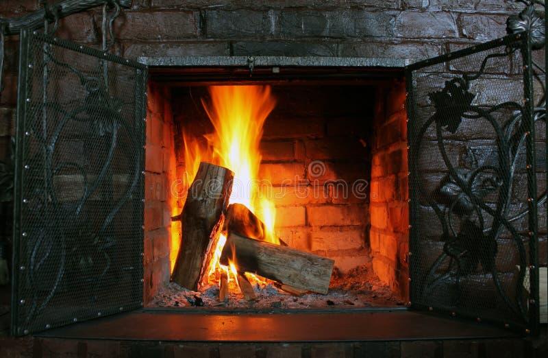 Fuoco in camino bruciante in primo piano di inverno immagini stock libere da diritti