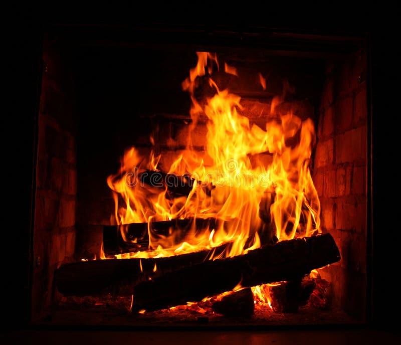 Fuoco in camino bruciante in primo piano di inverno immagine stock libera da diritti