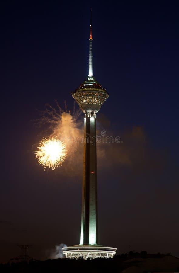 Fuoco d'artificio alla torretta di Milad a Tehran fotografia stock