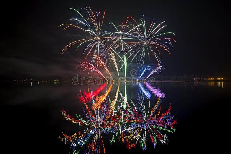 Fuoco d'artificio con la riflessione in un'acqua fotografie stock libere da diritti