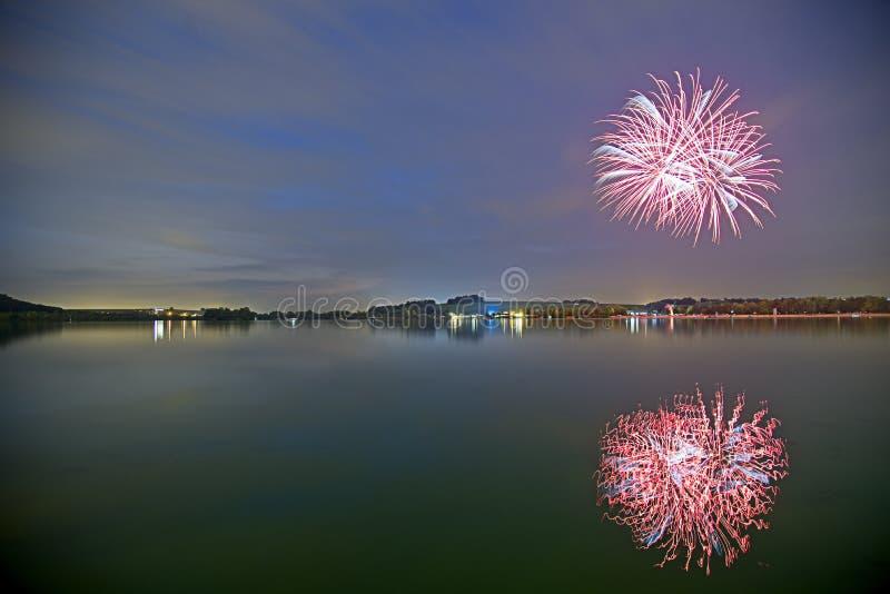 Fuoco d'artificio con la riflessione in un'acqua immagine stock libera da diritti