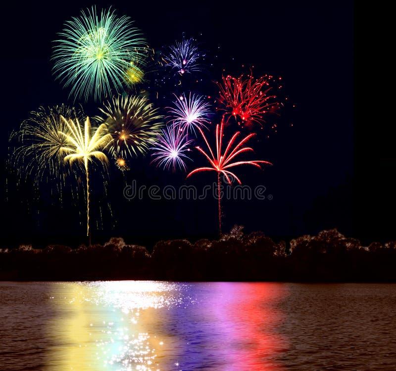Fuoco d'artificio e lago fotografia stock