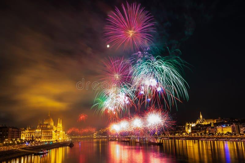 Fuoco d'artificio sopra il Danubio a Budapest, Ungheria fotografia stock libera da diritti
