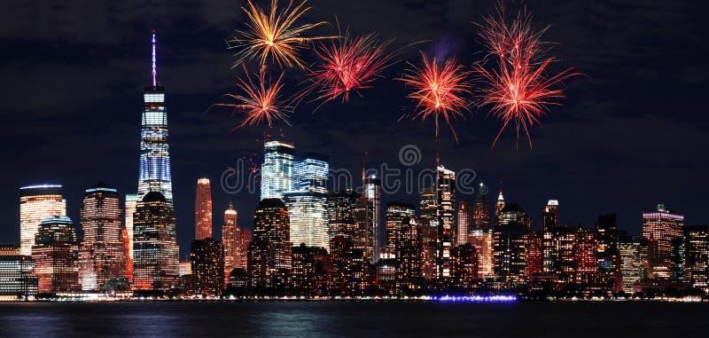 Fuoco d'artificio sopra Manhattan a New York City alla notte immagini stock libere da diritti