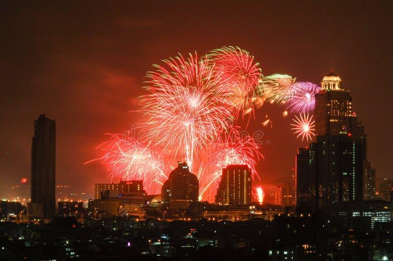Fuoco d'artificio variopinto, grattacielo, Bangkok del centro fotografia stock