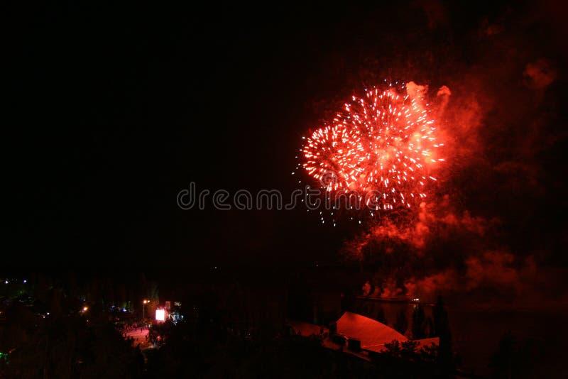 Fuoco d'artificio variopinto sopra la citt? ed il fiume fotografia stock