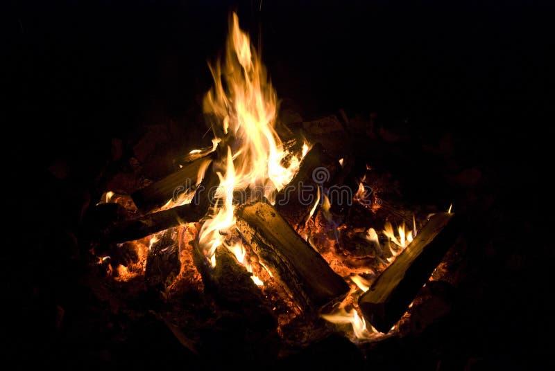 Fuoco dell'accampamento che brucia nella notte fotografie stock