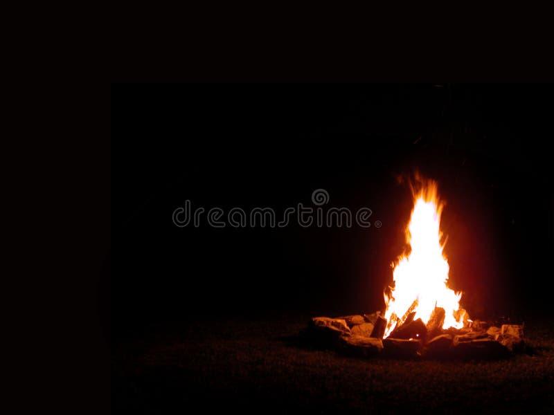 Fuoco di accampamento alla notte fotografie stock libere da diritti