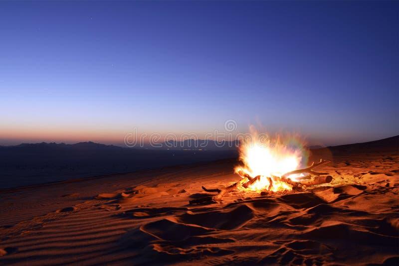 Fuoco di accampamento del deserto in Arabia Saudita fotografie stock libere da diritti
