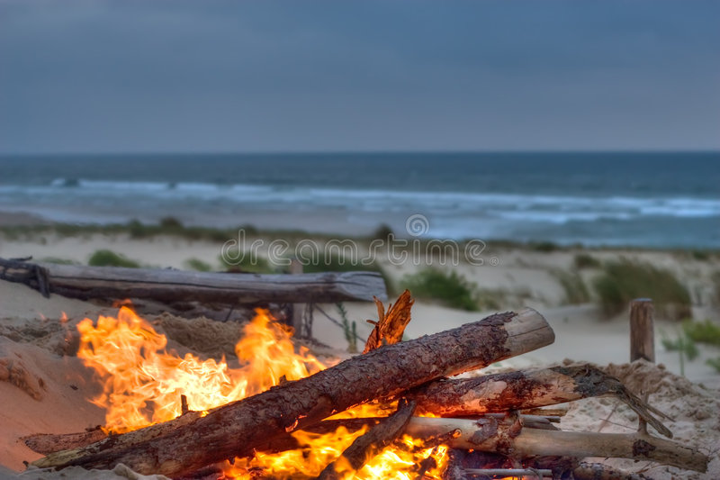 Fuoco di accampamento della spiaggia fotografie stock