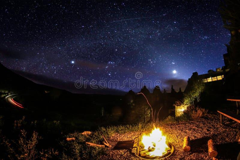 Fuoco di accampamento sotto le stelle immagini stock libere da diritti