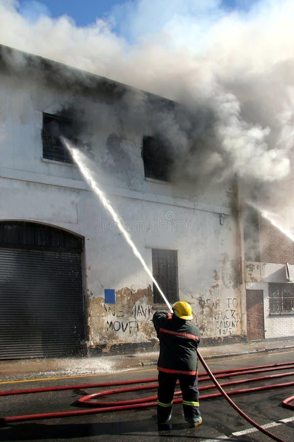 Fuoco di combattimento del vigile del fuoco fotografia stock libera da diritti