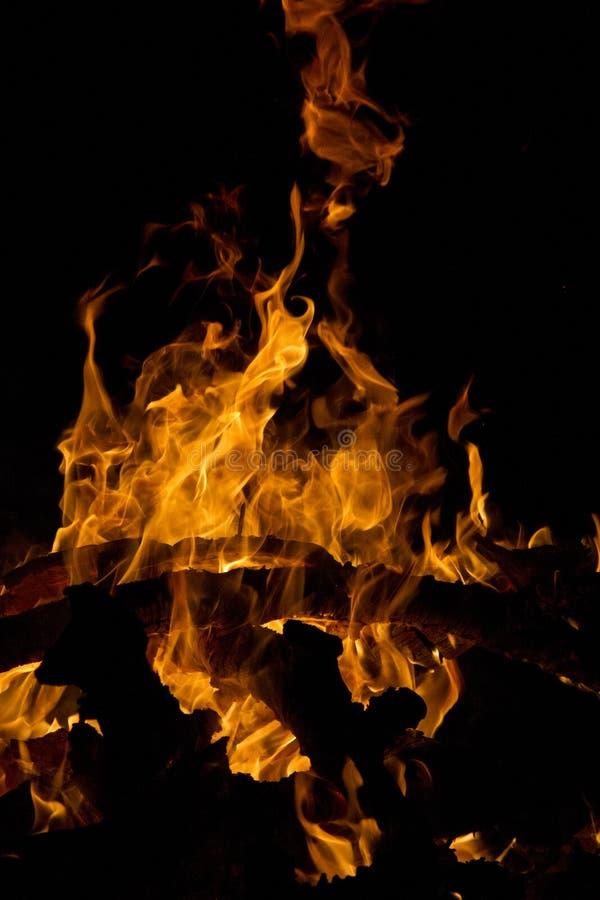 Download Fuoco di legno immagine stock. Immagine di scuro, luminoso - 30826145