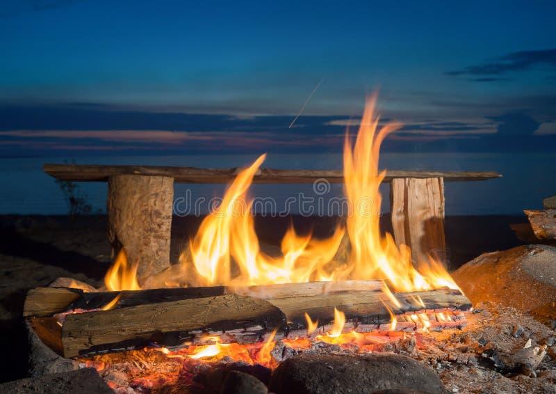 Fuoco di notte sulla riva del lago Lago Baikal fotografia stock