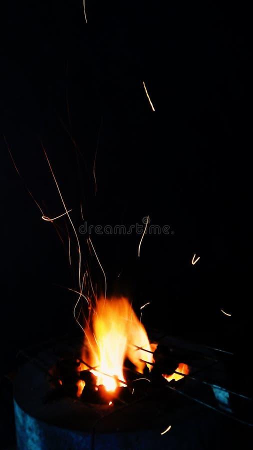 _fuoco e scintilla un griglia facendo uso carbone come combustibile immagini stock