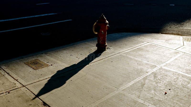 Fuoco-idrante della città al sole fotografie stock libere da diritti