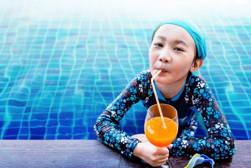 Fuoco molle dei bambini felici sul lato della piscina, ragazza Rel immagini stock libere da diritti