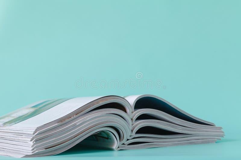 Fuoco molle selettivo di aperto ed impilamento delle riviste immagini stock