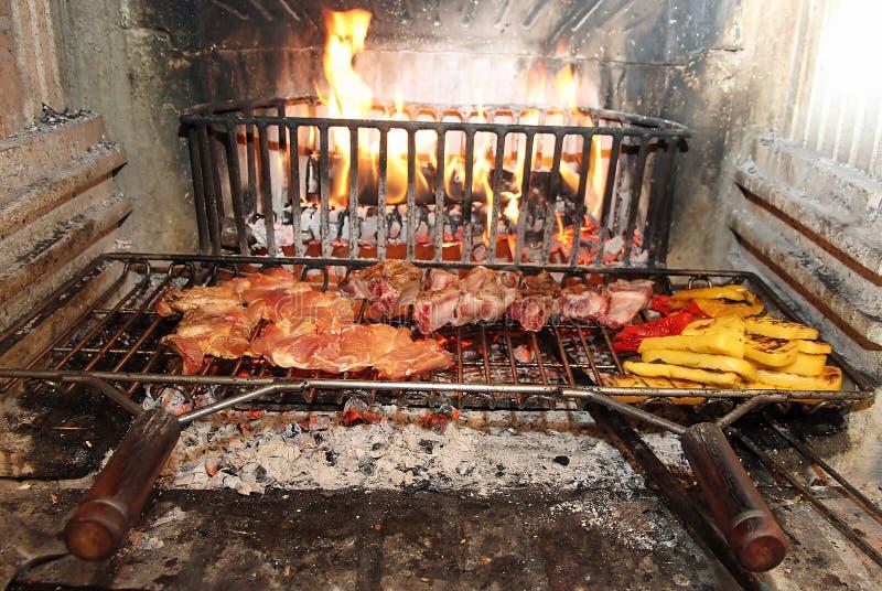 Fuoco Nel Camino Per Cucinare Carne E Le Verdure Fotografia Stock ...