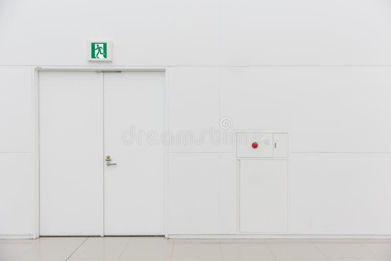 Fuoco pulito bianco della porta dell'uscita di sicurezza di emergenza nuovo fotografia stock