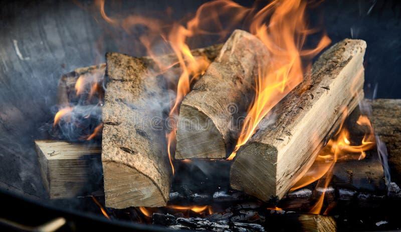 Fuoco recentemente acceso con i ceppi del legno fiammeggiare fotografie stock