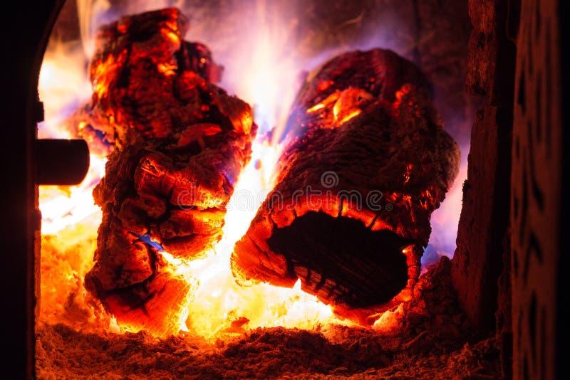 Fuoco rosso ed arancio della cotenna grigliata dal legno bruciante fotografie stock libere da diritti