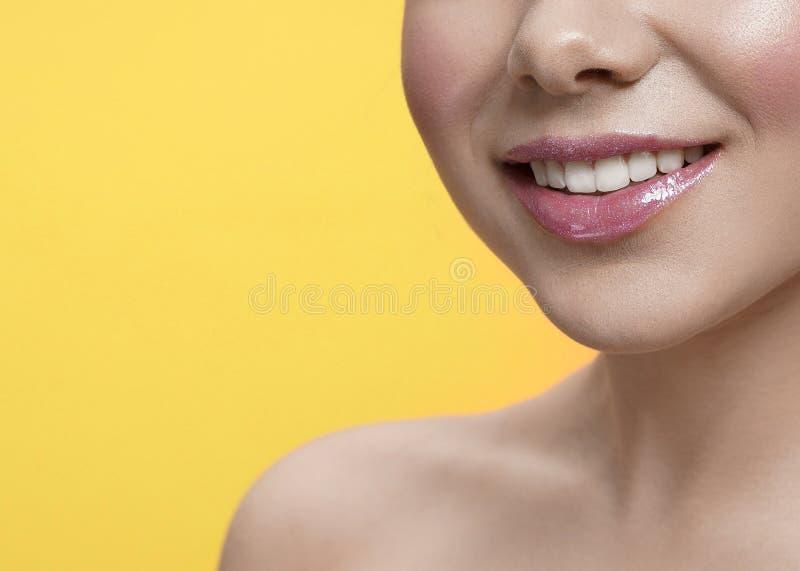 Fuoco selettivo del sorriso femminile su fondo isolato immagine stock