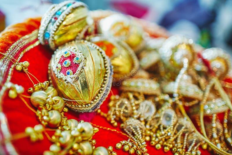 Fuoco selettivo della decorazione della noce di cocco in oro per nozze indiane immagini stock libere da diritti