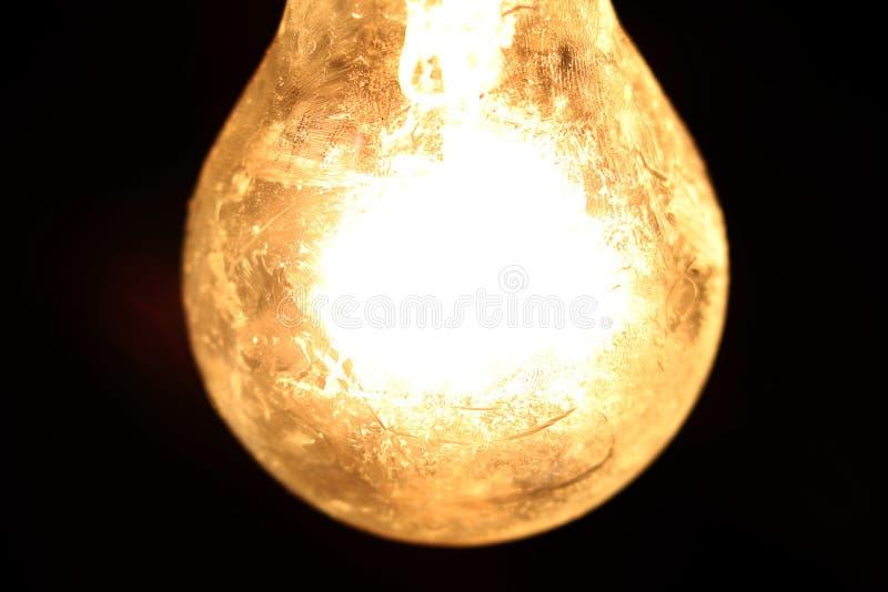 Fuoco selettivo della lampada della sfera il vecchio, comunica l'accensione luminosa per progettazione di massima positiva di ide fotografia stock libera da diritti