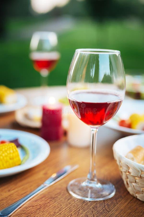 Fuoco selettivo di un vetro con vino fotografia stock libera da diritti
