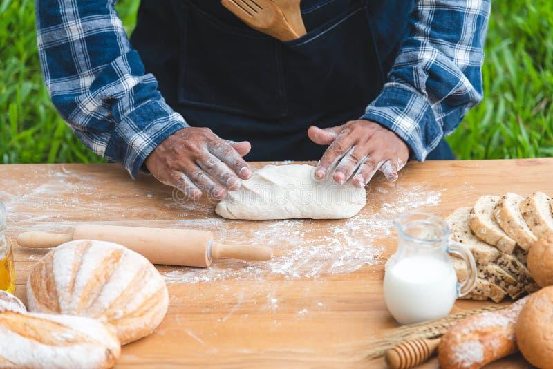 Fuoco selezionato sul fornello che prepara una pasta per produrre pane e panino all'aperto Moto del movimento immagini stock libere da diritti