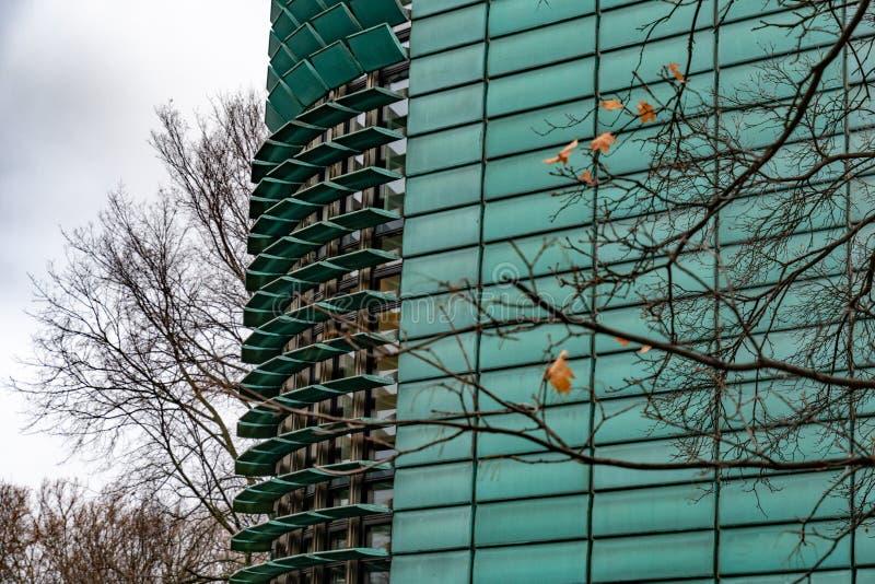 Fuoco su esterno di costruzione futuristico con la verniciatura di vetro verde immagine stock libera da diritti