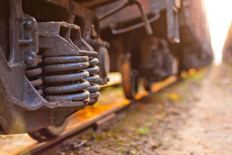 Fuoco sul treno merci delle ruote fotografie stock
