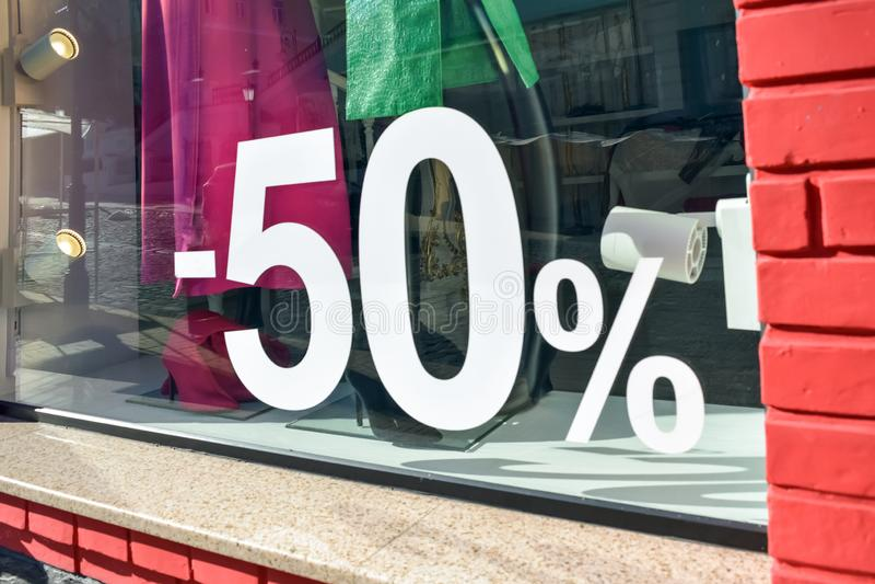 50% fuori dal manifesto di vendita di promozione di sconto di vendita, insegna, annunci in deposito, negozio, farmacia, finestra  immagini stock