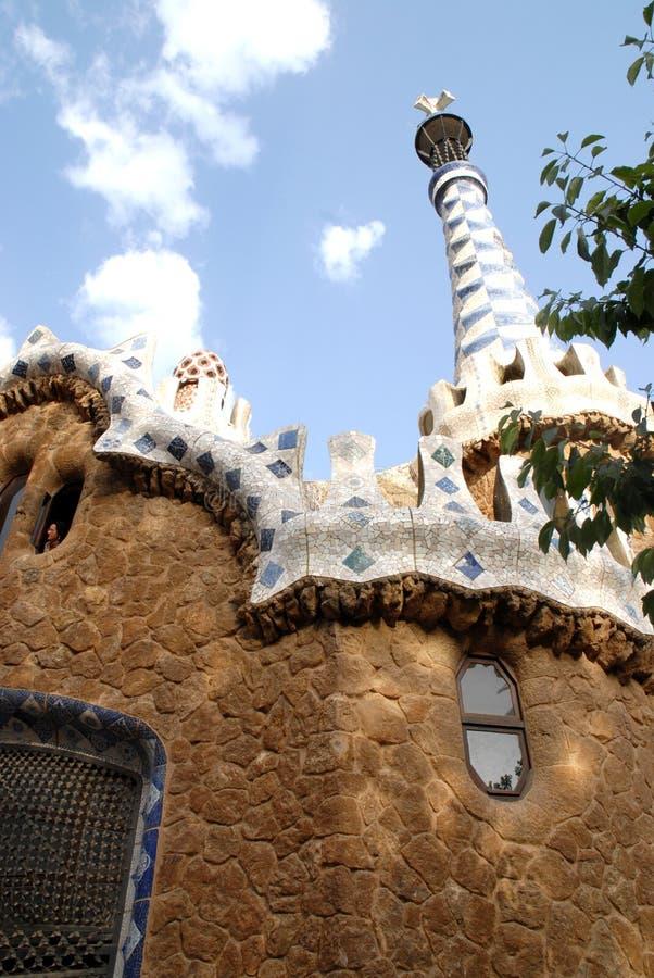 Fuori della torre con una costruzione fantastica ha progettato da Gaudi a Barcellona, Spagna fotografia stock libera da diritti