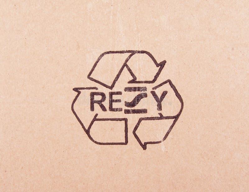 Fuori il pezzo lacerato di cartone con ricicla il simbolo fotografia stock libera da diritti