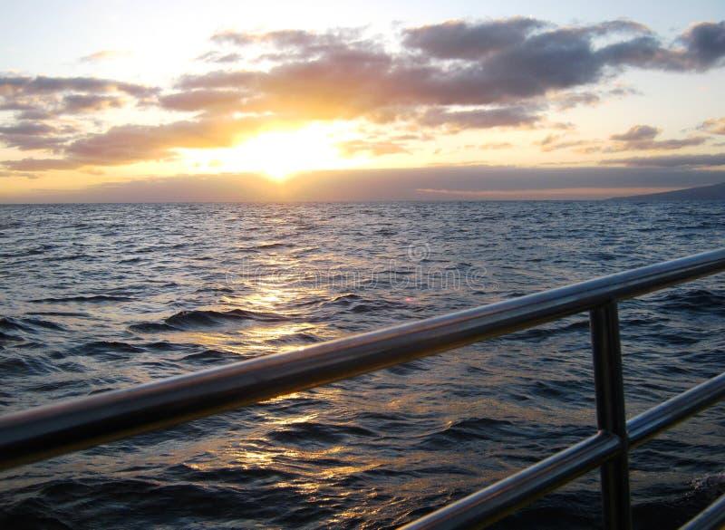 Fuori su un catamarano nell'oceano Pacifico fuori da Oahu immagine stock