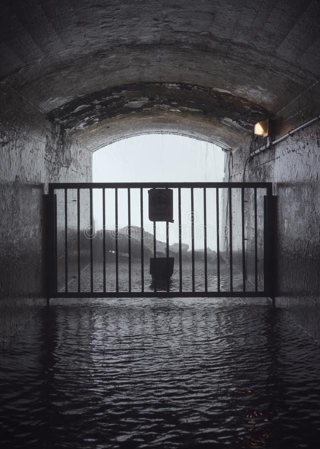 Fuori tunnel chiuso che conduce ad una cascata fotografie stock libere da diritti