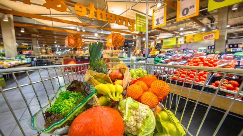 Fura w supermarkecie na owoc i warzywo sekci obraz stock