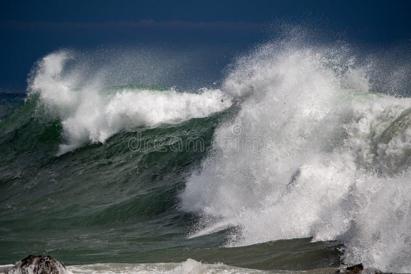 Furacão tropical do tsunami no mar imagens de stock